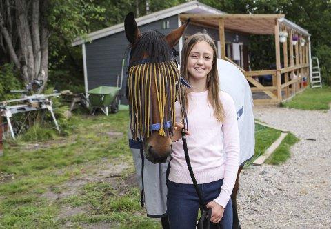 Victoria Kingdom-Clark får abstinenser dersom hun ikke får ri, og må til og med finne hester å ri på når hun er på ferie i utlandet. 13-åringen rir til vanlig med ponni kategori 2, som kan bli opptil 140 centimeter. Snart vil hun konkurrere i kategori 1, der ponnier med høyde opptil 1,5 meter deltar. Dersom noen lurer på hvor Victorias etternavn kommer fra, er det fra faren Marcus. Han kommer nemlig fra Cambridge.