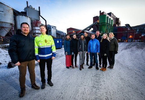 Fra venstre: Stein Espen Bøe, daglig leder i SINTEF Helgeland, verksdirektør i Elkem Rana, Frode Johan Berg, Ada Jervell fra SINTEF Helgeland, Kristin Søiland fra SINTEF Helgeland, Monica Paulsen, klyngeleder i ACT, Geir Ove Storheil, HMS-sjef på Ferroglobe, Per Johan Högberg, miljøsjef på Celsa Armeringsstål, Eigil Dåbakk, administrerende direktør på SINTEF Molab, Stine Fagerdal fra SINTEF MOLAB og Eli Hunnes fra SINTEF Helgeland.