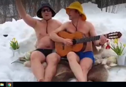 Kompisene Jørgen Svarthoel (f.v.) og Ivar Erlandsen sier de liker å spille og synge i private lag. Men de kunne ikke drømt om at videoen deres skulle slå så godt an.