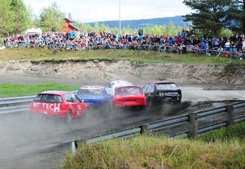 ANGREP BAKFRA:Ole Kristian Aamodt (bakerst, til venstre) kjørte seg opp og fram.