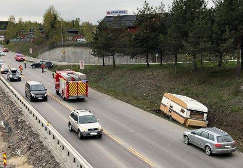 ULYKKE: To kjøretøy, hvorav det ene hadde campingvogn, var søndag kveld involvert i en ulykke på E6 i Nydal.