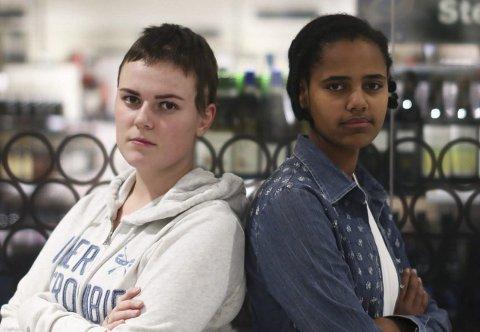 Frida Johannessen (17) og Rachel Steinsvik (18) sier nei til alkohol, selv om de begge er i festmiljøer.