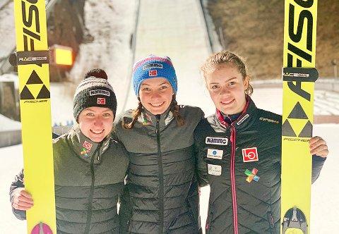 GULLJENTE: Silje Opseth (i midten) tok et suverent NM-gull i Midtstuabakken. Anna Odina Strøm (til høyre) sølv og Ingebjørg Bråten bronse.
