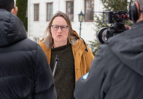 VENTER LITT MED JUBELEN: Karin Møller er glad for få smittetilfeller på helligdagene i påsken, men venter litt med å feste lit til de lave tallene.
