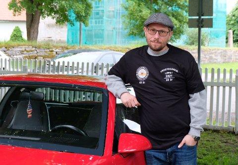 UNGDOMSDRØM: Lederen av klubben, Stig Atle Pettersen (45), kjøpte bilen til foreldrene til en venn: – Denne fikk vi cruise rundt i når vi fylte 18. Foto: Idun A. Tingleff