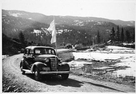 HOVIN 1940:  Fungerende ordfører Abraham Scheie og følge ankommer Espeset for å møte oberst Daser og de tysk styrkene. De norske styrkene har gitt opp motstanden.  Scheie erklærer Rjukan som åpen by. (foto Karl Freund /Riksarkivet)