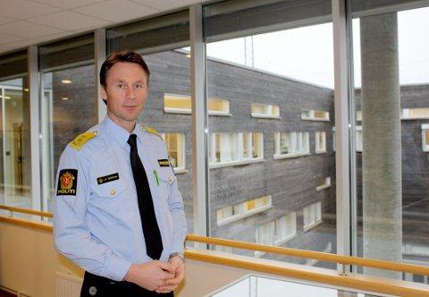 VIL HOLDE ÅPENT: Politimester Steven Hasseldal i Øst politidistrikt forteller at han vil holde løftene han ga til kommunene om å holde tjenestestedene åpne minst tre dager i uka.