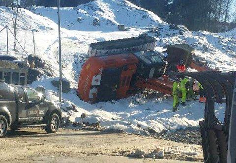 VELT: Gravemaskinen skled på isen og veltet ned en liten skråning. Ingen personer ble skadet.