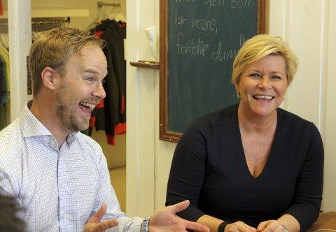 SJEFEN På BESØK: Finansministeren likte den fargerike historien til Øystein Barhaughøgda.Foto: Per Stokkebryn