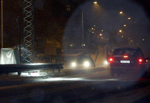 MØRKT: Svært mange bilister sliter med kjøring i mørket.