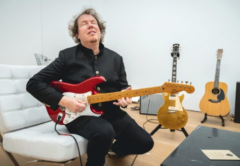 – fantastisk opplevelse: Frode Barth fikk prøvespille fem utvalgte godbiter fra David Gilmours gitarsamling, og bød på flere av dem – men de gikk for høyt i pris. Denne røde 1984-Stratocasteren som var Gilmours hovedgitar på åttitallet, gikk under hammeren for 615.000 dollar. Foto: Juan M. Soria / Handout
