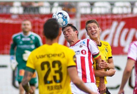 UAVGJORT: Tromsøs Simen Wangberg i duell med Lillestrøms Thomas Lehne Olsen.