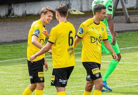 TILBAKE: Kristoffer Ødemarksbakken (t.v.) gratuleres av Kaan Kairinen etter at han har satt inn 1-1. Til høyre Alexander Sannes.