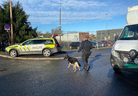 FULL UTRYKNING: Politiet rykket ut med flere patruljer, blant annet en hundepatrulje til Sagdalen skole torsdag formiddag.
