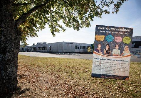 Brosjyrer som uttrykker vaksinemotstand ble delt ut til ungdom utenfor skoleområdet ved Østersund ungdomsskole. Det har skapt reaksjoner hos flere.