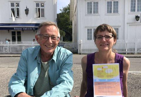 INVITERER: Tiril b Bjørkvold og Frank Tangen står bak ideen om «Kulturkystbussen». Her er de på hovedholdeplassen i Holmsbu.