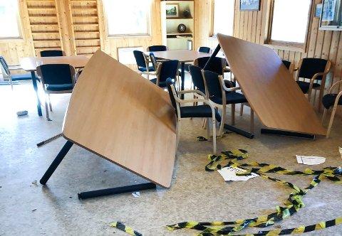KNUST: Flere bord var knust etter at noen hadde vært inne hos Holmsbu IF natt til lørdag.