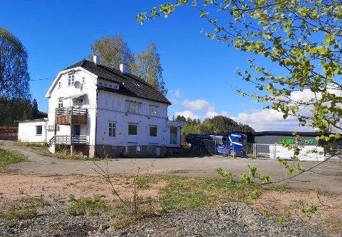 Tomta i Bakkeveien inkluderer både uteområde og en hvit trebygning.