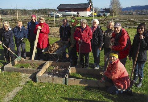 Inspirerer: Leder for Oikos Sande, Anita Panman (med trillebår) ønsket alle tolv deltakere velkommen til Kjøkkenhagekurs. Foto: Svein-Ivar Pedersen