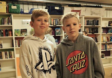 Skolebibliotekarer:  Liker seg som skolebibliotekarer. Fra venstre Sander Sindsen og Magnus Halvorsen.