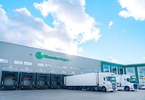SKIFTER NAVN: Skolmar-bedriften Norske Stålbygg AS heter nå Veidekke Logistikkbygg AS. Her ses Blomsterbygget på Lahaugmoen, som selskapet står bak. Bygget, som er sentrallageret til selskapet Blomsterringen AS, er på 14.800 kvadratmeter og ble overlevert i desember 2017.