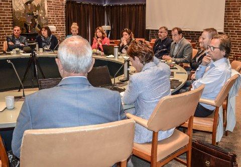 FORMANNSKAPET: Advokat Birthe Eriksen frykter at formannskapet, her i møtet 21. juni, ikke helt har tatt innover seg alvoret og kompleksiteten i saken.