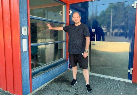 HÆRVERK: Ernst Erdmann fra Sandefjord Taekwondoklubb viser at rutene ennå er klissete etter brusen, som ble sprutet rundt i lokalet.