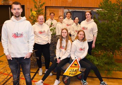 UT PÅ TUR: André Klausen (fra venstre) har regi, Maren Sofie Fosse Stangeby (15) spiller eleven Jorunn, Ingeborg Vreim (15) spiller eleven Tone, Tilde Maria Glenna Pettersen (15) spiller Hoseanna, som er lærer, Ebba Madsen (16) spiller rektor. Bak fra venstre står Håkon Ude Hasle (14), som spiller tøffe Peder, Henrik Hem (15) er naturfaglærer Carl Darwing i teaterstykket, Sondre Stensland Larsen (15) har ansvaret for flere roller og jobber i produksjonen og Aran Scott (13) spiller gladkristne Mesias Thorsen. FOTO: Vibeke Bjerkaas