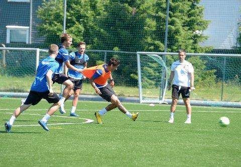 FRA START: Sander Risan (med vest) får sjansen fra start mot Odd av trener Martí Cifuentes (bak).