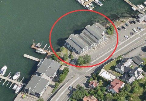 FORANDRINGER: Huvik Brygge AS (Thor Dahl) vil rive dagens næringsbygg, og erstatte det med nybygg i fire etasjer. (Illustrasjon: 1881.no)