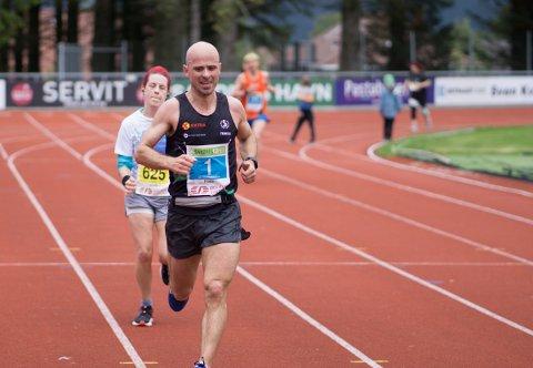 KLART BEST: Frode Tjelta løp inn til en suveren seier under helgas Karmøy maraton. Her er han fotografert under NM i halvmaraton i forbindelse med Sandnesløpet, der han tok sølv i klassen M40-44.