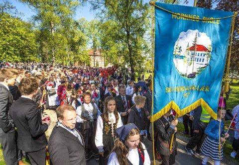 FØRSTE GANG: Hornnes skole var for første gang med i 17. mai-toget i sentrum i 2016. Det samme skjedde i 2017, men i fjor var det eget opplegg i Skjeberg. I år kan det skje en endring.