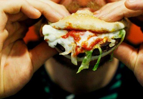 Helsebyråden i Oslo skal utrede om det bør innføres et forbud mot reklame for pizza, sukkertøy og annen usunn mat på buss, trikk, T-bane og i stasjonsområder.