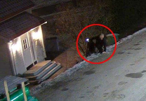 MISTENKT: Politiet er på jakt etter denne mannen etter at noen var inne hos en familie som sov. Mannen på overvåkingsbildene forsøker å ta seg inn hos et selskap senere samme natt. Se videoen litt lenger ned i denne saken.