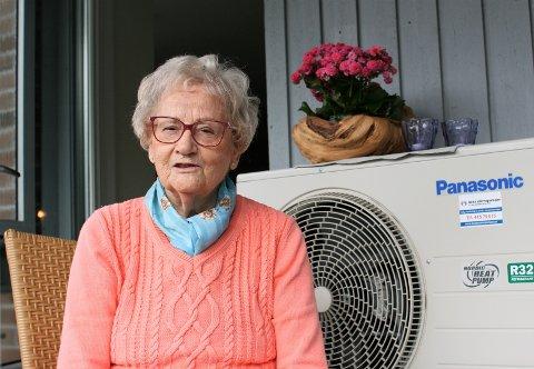 KLAR FOR VINTEREN: Abigael Kristiansen (85) har gitt seg med vedbæring og opptenning i peisen. I Tårnbygget der hun bor er det installert varmepumpe.