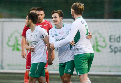 SCORET: Kasper Nerbøvik (i midten) scoret Mysens første må og hadde målgivende på Mysens andre mål. Her samme med Aymen Zebari (t.v.) og Eirik Henningsmoen.