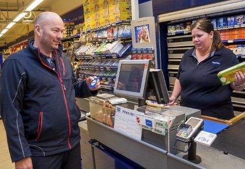 I KASSA: Kjøpmann Odd-Kåre Gamlem og butikkmedarbeider June Merete Grøtvedt møter mange fornøyde kunder som er utstyrt med hjemmelaget Æ-kort i stedet for Æ-app på telefonen.