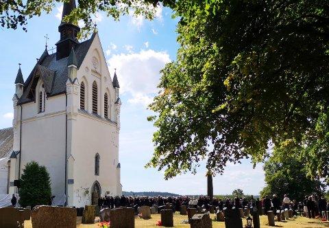 Det var lang kø av folk som ville minnes Vibeke Skofterud før begravelsen i Eidsberg kirke torsdag.