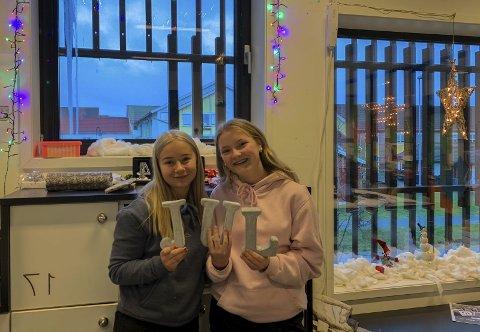 FORNØYDE: Signe Tvedt (15) og Emma Berg (15) fra Askim er glade for å ha tradisjoner fram mot jul og får mye julestemning på skolen.