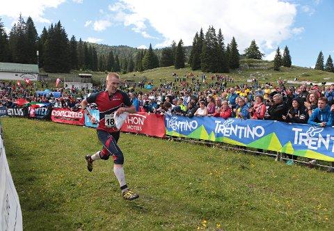 MYE PUBLIKUM: Arrangøren håper på mye publikum på Mørk under VM orientering. Her fra VM i 2014 i Italia hvor Olav Lundanes løper inn til gull på mellomdistanse.