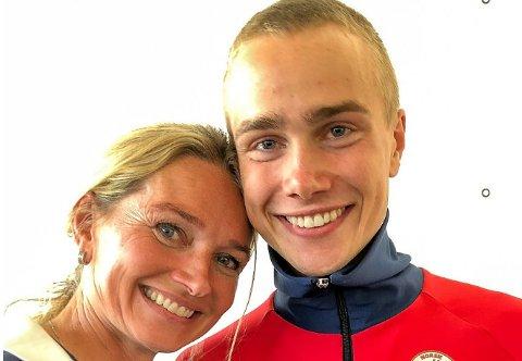 Mor Yvonne ga sølvgutten Kasper en god klem etter dagens sensasjonelle løp.