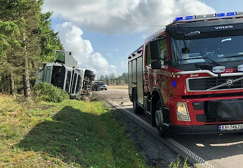 VELTET: Lastebilen veltet ut i grøfta mandag ettermiddag.