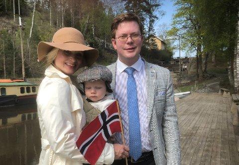 Robin Olsson sammen med sin norske kone Anette Olsson og deres sønn Edvin.