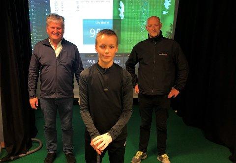 KLARE: Ståle Øvstetun har sørgja for at Årdal har fått sin første golfsimulator. Aleksander Nundal (midten) og Asbjørn Bjørnetun (høgre) var måndag kveld på plass for å testa anlegget.