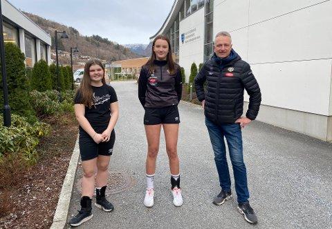 TRONGT NÅLAUGA: Frida Finden Bugge (16, t.v.) og Synne Bakke Dvergedal (15) er lovande handballspelarar, men risikerer å ikkje koma inn på idrettsfag ved Sogndal vidaregåande skule i haust. Lagleiar Reidar Dvergedal er kritisk.