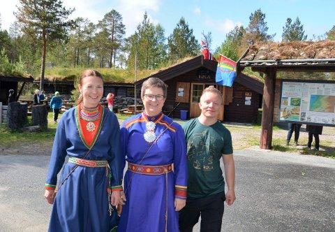 Sommeren 2018 overtok Saemien Silje Bølabua. Her er Lisa Dunfjeld-Aagård (venstre), Birgitta Fossum og Nils Bendik Dunfjell på åpningsdagen.