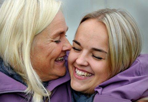 """MOR OG DATTER: Lillen Stenberg  holder godt rundt sin mor Monica. Fredag står hun igjen på scenen i """"The Voice"""". (Foto: Ørjan Madsen)"""