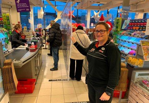 NYTT TILTAK: Kjøpmann Camilla Schmidt Andersen viser fram butikkens nye smitteverntiltak.