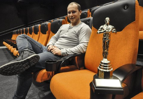 NYTT TILBUD: Christian Finstad i Filmklubben på høyskolen akter å tilbringe noen nattetimer i de oransje setene når det er Oscar-natt på kinoen.