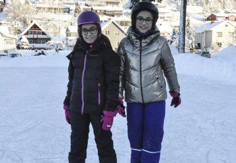 Blide jenter: Jennifer Ljosland Kvålseth og Celina Ljosland Kvålseth var i godt humør når de fikk stå på skøyter.